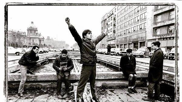 Idoli, jedan od najdražih bendova,  1981. godine poziraju Rašiću u fontani ispred beogradskog Doma sindikata. - Sputnik Srbija