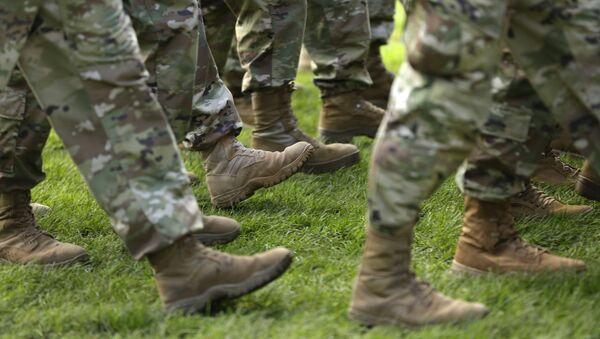 Амерички војници марширају на церемонији у бази Луис-Макорд у Вашингтону - Sputnik Србија