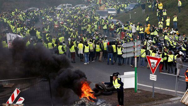 Демонстранти у жутим прслуцима, симболом возача у Француској, протестују против високих цена горива у Нансу - Sputnik Србија