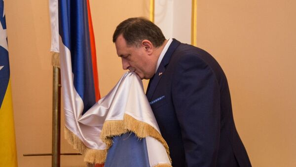 Милорад Додик љуби заставу РС - Sputnik Србија