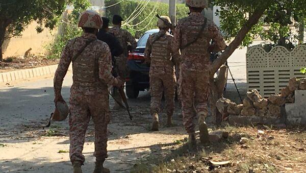Paravojne formacije i policija tokom napada na kinesku ambasadu u Karačiju u Pakistanu - Sputnik Srbija