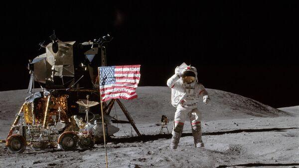 """Амерички астронаут Џон Јанг, командант лунарне мисије """"Аполо 16"""", поздравља америчку заставу на површини Месеца. - Sputnik Србија"""