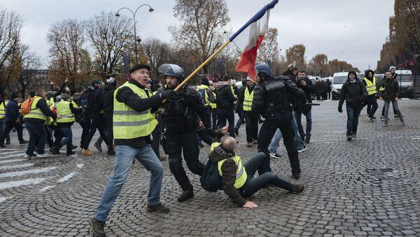 Demonstranti u žutim prslucima sukobljavaju se sa pripadnicima interventne policije na Jelisejskim poljima u Parizu - Sputnik Srbija