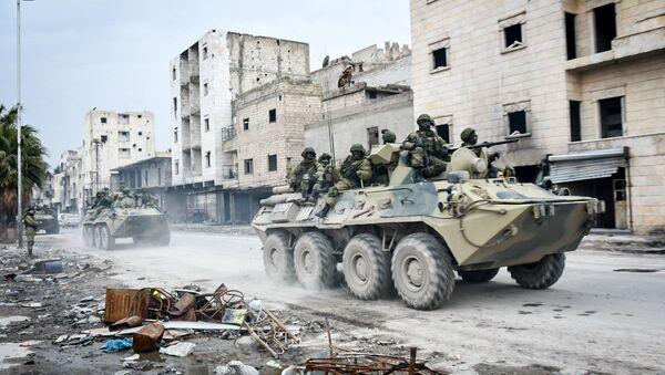Припадници руских инжењерских јединица међународног центра за деминирање током операције чишћења мина у источном Алепу у Сирији - Sputnik Србија