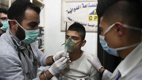 Лекари пружају помоћ жртви хемијског напада у Алепу - Sputnik Србија