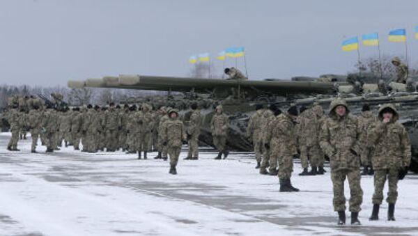 Украјински војници стоје поред оклопних возила - Sputnik Србија