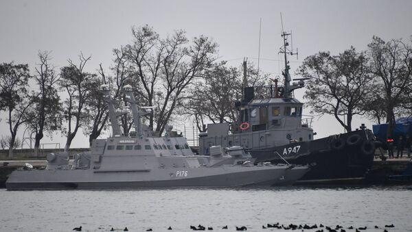 Mali oklopni artiljerijski brodovi Nikopolj i Berdjansk i tegljač Jani Kapu ukrajinske ratne mornarice koje je zadržala pogranična služba FSB Rusije, usidreni u luci u Kerču - Sputnik Srbija