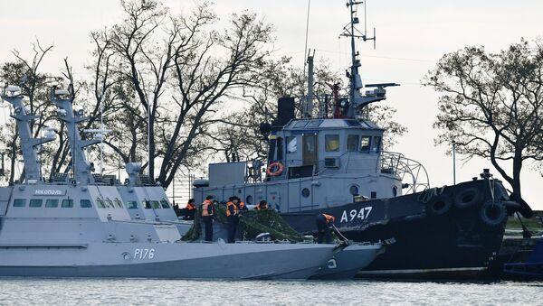 Mali oklopni artiljerijski brod Nikopolj i tegljač Jani Kapu ukrajinske ratne mornarice zadržani u luci Kerč - Sputnik Srbija