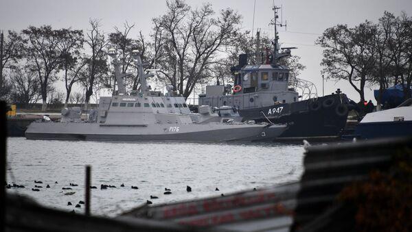 Мали оклопни артиљеријски бродови Никопољ и Бердјанск и тегљач Јани Капу украјинске ратне морнарице у луци Керч - Sputnik Србија