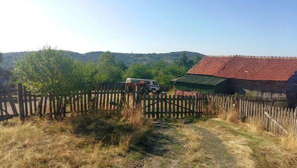 Imanje Perovića u podujevskom selu Medregovac nalazi se na manje od kilometar od administrativnog prelaza. Ovde imaju 50 hektara zemlje koju, kažu, nikome neće pokloniti. - Sputnik Srbija