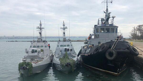 Мали оклопни артиљеријски брод Никопољ и тегљач Јани Капу украјинске ратне морнарице задржани у луци Керч  - Sputnik Србија