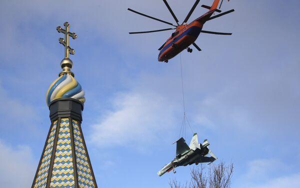 Helikopter Mi-26 prenosi lovac Su-27 iznad Kronštata - Sputnik Srbija