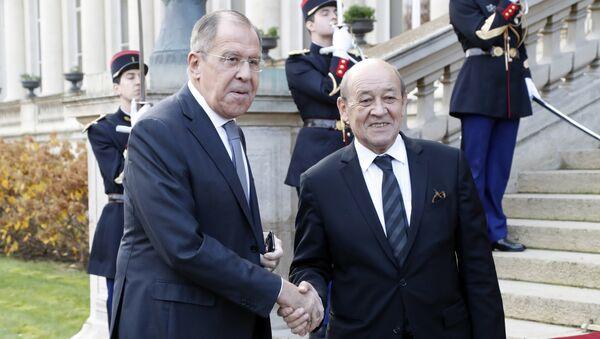 Министри спољних послова Русије и Француске, Сергеј Лавров и Жан-Ив Ле Дријан пре састанка у Паризу - Sputnik Србија