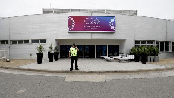 Радник обезбеђења испред зграде у којој ће бити одржан самит Г 20 у Буенос Аиресу - Sputnik Србија