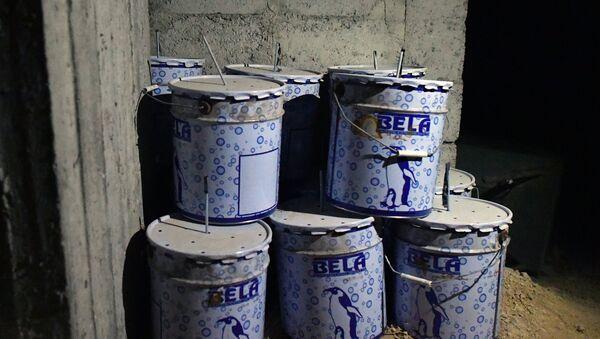 Kanisteri sa eksplozivnim sredstvima u hemijskoj laboratoriji terorista za izradu otrovnih materija u Dumi - Sputnik Srbija
