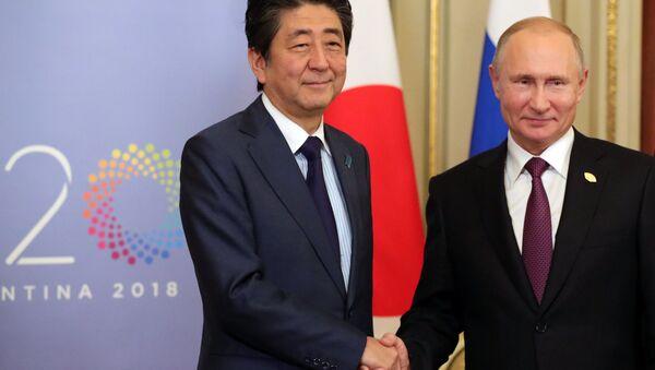 Председник Русије Владимир Путин и премијер Јапана Шинзо Абе - Sputnik Србија