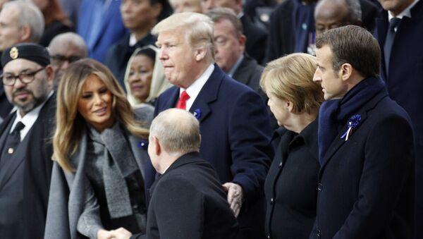 Predsednik Rusije Vladimir Putin pozdravlja prvu damu SAD Melaniju Tramp i američkog predsednika Donalda Trampa na svečanosti povodom obeležavanja Dana primirja u Prvom svetskom ratu u Parizu - Sputnik Srbija