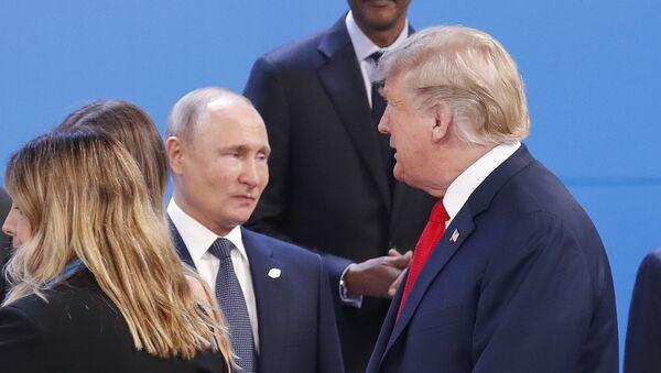 Predsednik SAD Donald Tramp prolazi pored predsednika Rusije Vladimira Putina na Samitu G20 u Argentini - Sputnik Srbija