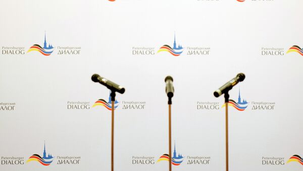Mikrofoni na podijumu Nemačko-ruskog foruma Peterburški dijalozi u Lajpcigu - Sputnik Srbija
