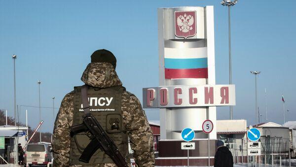 Припадник украјинске граничне полиције на граничном прелазу између Русије и Украјине у Харковском региону - Sputnik Србија