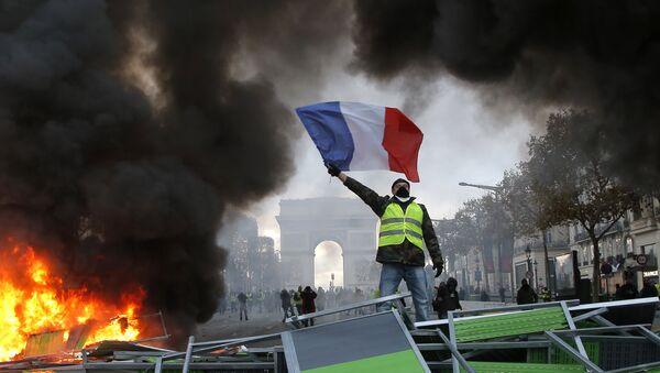 Demonstranti žuti prsluci tokom protesta u Parizu - Sputnik Srbija