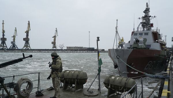 Ukrajinski vojnik na brodu obalske straže na Azovskom moru u luci Mariupolj na istoku Ukrajine - Sputnik Srbija