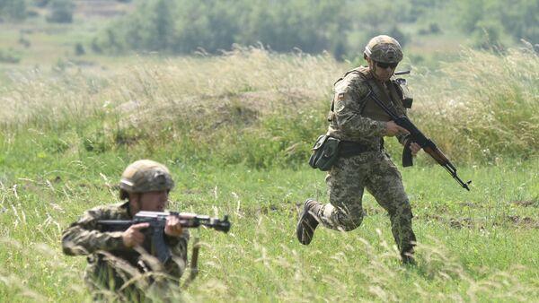 Pripadnici ukrajinske vojske za vreme taktičkih vojnih vežbi u Lavovskoj oblasti - Sputnik Srbija
