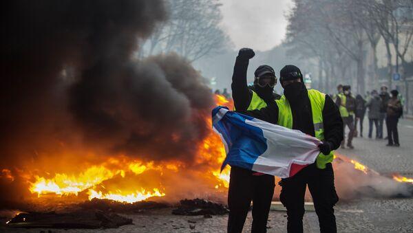 "Протести ""жутих прслука"" у Паризу - Sputnik Србија"