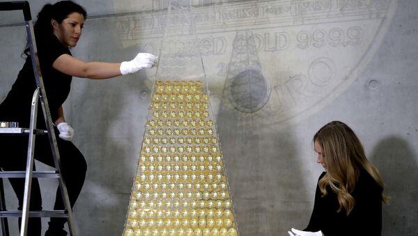 Запослени у компанији Про аурум украшавају новогодишњу јелку са 2.018 златника Бечке филхармоније у вредности од 2,3 милиона евра - Sputnik Србија