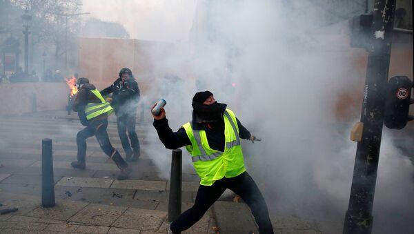 Sukob demonstranata u žutim prslucima sa policijom na Jelisejskim poljima u Parizu. - Sputnik Srbija