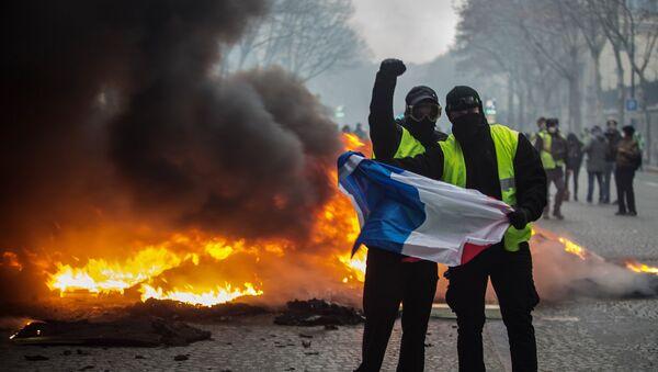 Запаљени намешатај на илицама Париза током протеста грађана - Sputnik Србија