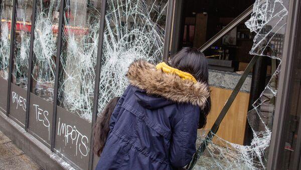 Uništeni izlog u Parizu - Sputnik Srbija