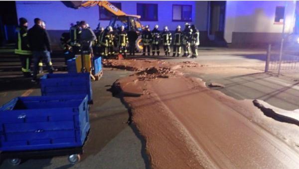 Tona čokolade izlila se iz cisterne u gradu Verlu u Nemačkoj - Sputnik Srbija
