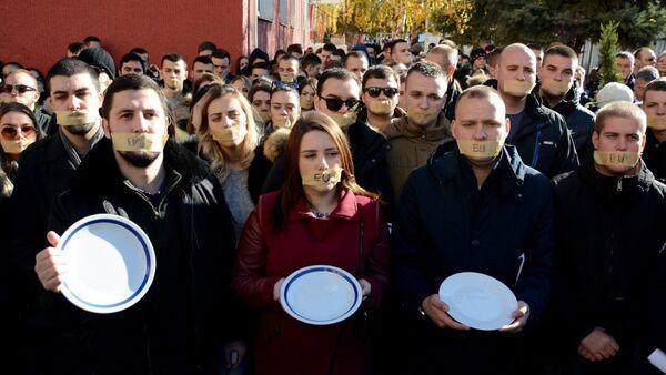 Studenti su skrenuli pažnju na posledice uvođenja takse od 100 odsto na proizvode iz centralne Srbije. I ponašanje zvaničnika EU. - Sputnik Srbija