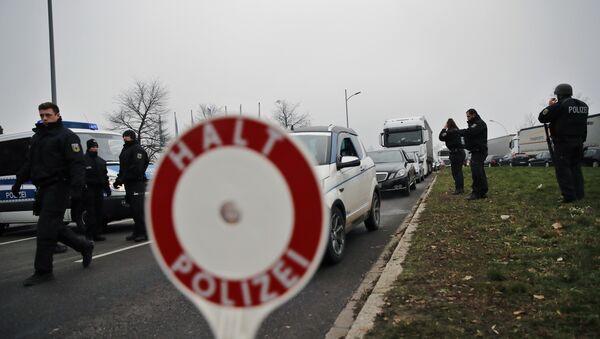 Немачки полицајци проверавају аутомобиле на француско-немачкој граници након пуцњаве у Стразбуру - Sputnik Србија