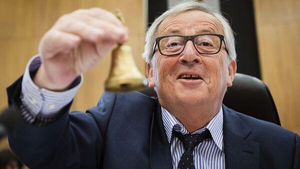 Predsednik Evropske komisije Žan Klod Junker sa zvoncem na otvaranju sastanka komesara EU u Briselu, 23. maja 2018. - Sputnik Srbija
