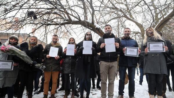 """Студенти у северном делу Косовске Митровице својеврсним перформансом су """"сахранили"""" међународно право, Повељу УН, Резолуцију СБ УН 1244 и Војно-технички споразум из Куманова. - Sputnik Србија"""