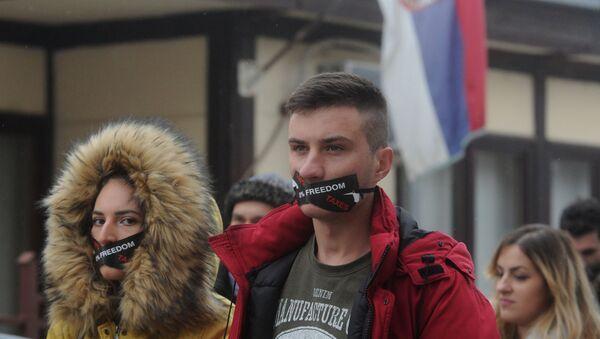 """Studenti u severnom delu Kosovske Mitrovice svojevrsnim performansom su """"sahranili"""" međunarodno pravo, Povelju UN, Rezoluciju SB UN 1244 i Vojno-tehnički sporazum iz Kumanova. - Sputnik Srbija"""