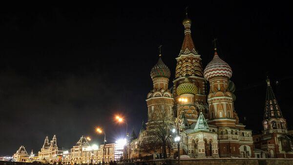 Људи пролазе поред храма Василија Блаженог на Црвеном тргу у Москви - Sputnik Србија