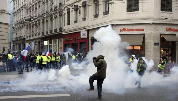 Демонстранти беже од сузавца на протесту жутих прслука у Лиону - Sputnik Србија