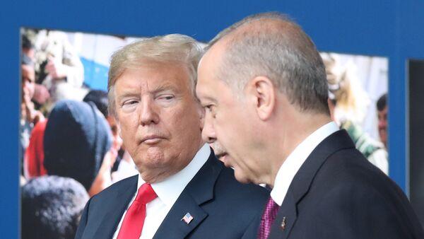 Председници САД и Турске, Доналд Трамп и Реџеп Тајип Ердоган, на самиту НАТО-а у Бриселу - Sputnik Србија