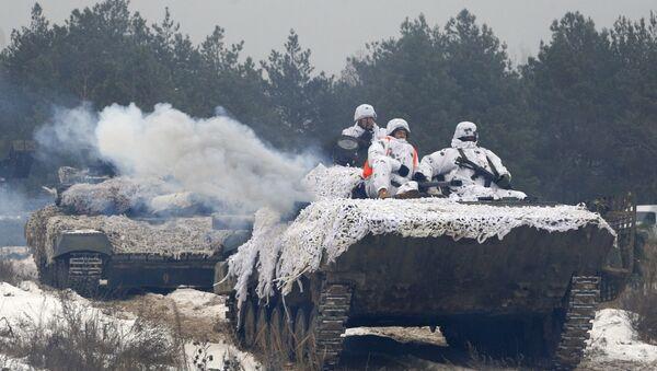Украјински војници на тенку током војних вежби у Гончаровску - Sputnik Србија