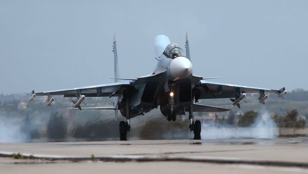 Ruski avion Su-30 sleće na avio-bazu u sirijskom Hmejmimu - Sputnik Srbija