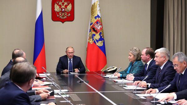 Predsednik Rusije Vladimir Putin sa članovima Saveta bezbednosti Rusije - Sputnik Srbija