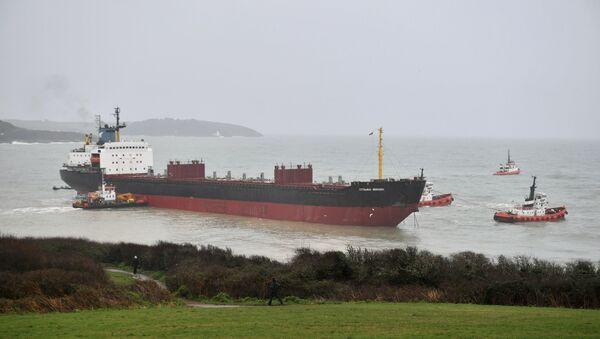 Remorkeri manevrišu oko ruskog teretnog broda Kuzma Minjin koji se nasukao na britanskoj obali - Sputnik Srbija