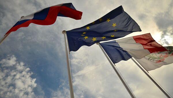 Заставе Русије, ЕУ, Француске и грб Нице на обали Нице - Sputnik Србија