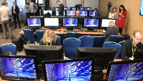 Novinari u Međunarodnom trgovinskom centru uoči početka pres-konferencije Vladimira Putina - Sputnik Srbija