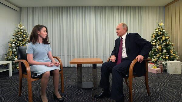 Predsednik Rusije Vladimir Putin daje intervju 17-godišnjoj Regini Parpijevoj - Sputnik Srbija