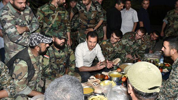 Predsednik Sirije Bašar Asad sa sirijskim vojnicima - Sputnik Srbija