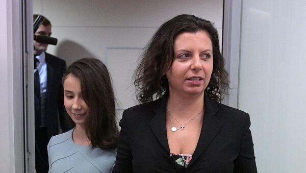 Glavna urednica RT Margarita Simonjan sa 17-godišnjom Reginom Parpijevom - Sputnik Srbija